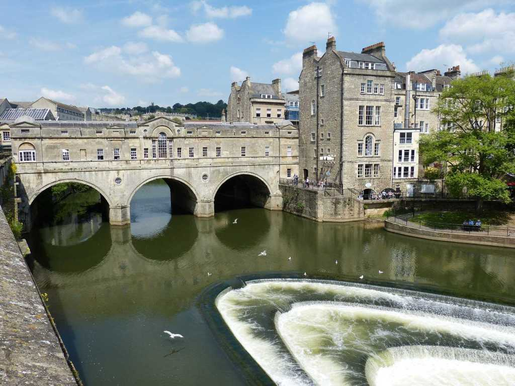 This picture shows a view of the iconic Pulteney Bridge in Bath, UK and the river Avon weir.